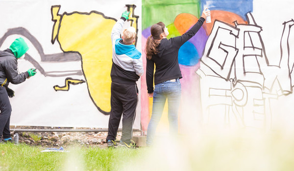 """Graffiti-Aktion im Stadthallenpark: """"Deutschland zwischen Willkommenskultur und Abschiebung"""""""